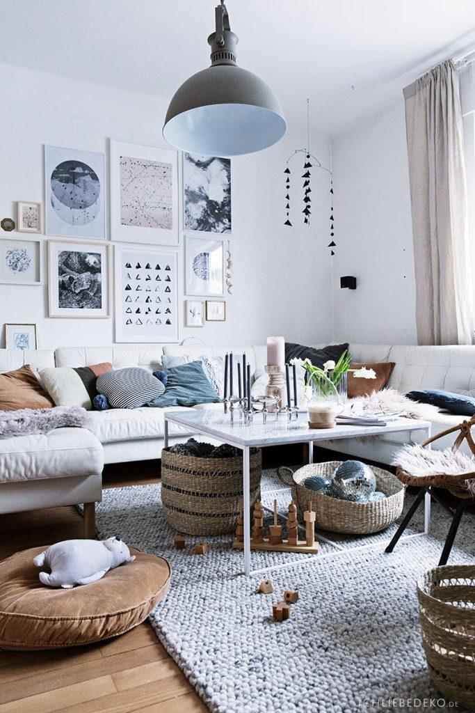 gemütliches Wohnzimmer mit Wollteppich