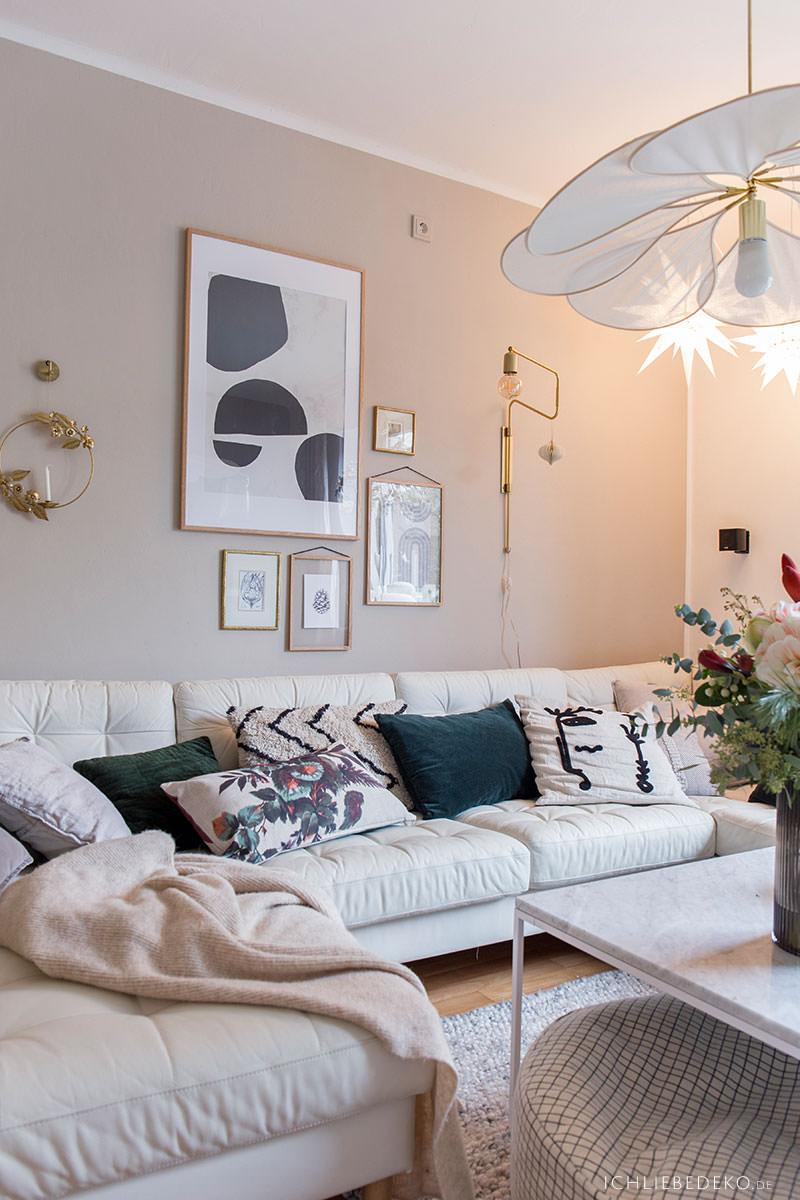 gemuetliches-wohnzimmer-mit-scandi-weihnachtsdeko