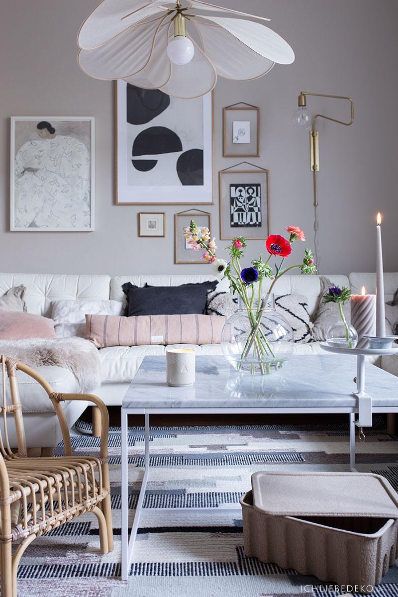 gemuetliches-wohnzimmer-mit-teppichen