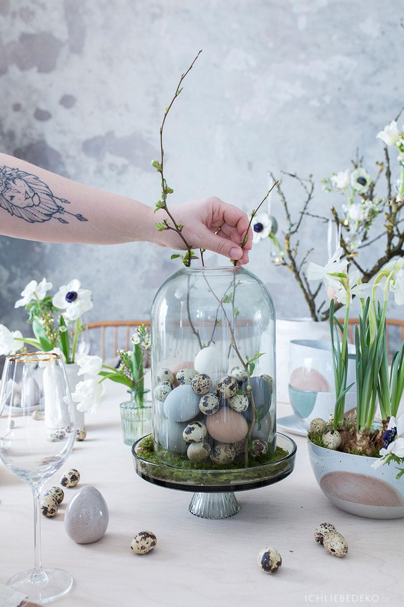glasglocke-mit-wachteleiern-und-zweigen-dekorieren