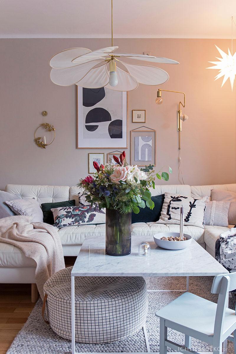 hyggeliges-Wohnzimmer-mit-weihnachtsdeko
