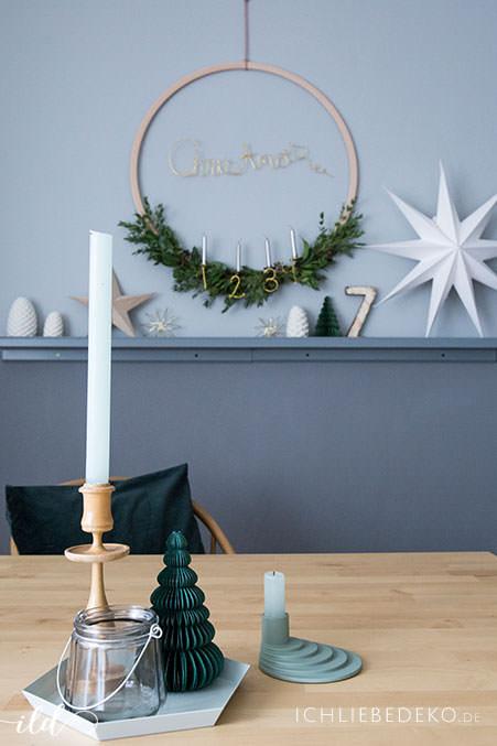 hyggeliges-esszimmer-mit-diy-adventskranz-aus-eukalyptus-und-holzring