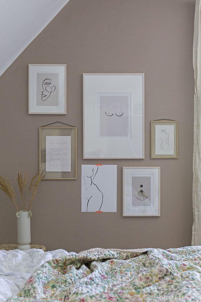 hyggeliges Schlafzimmer mit Bildergalerie