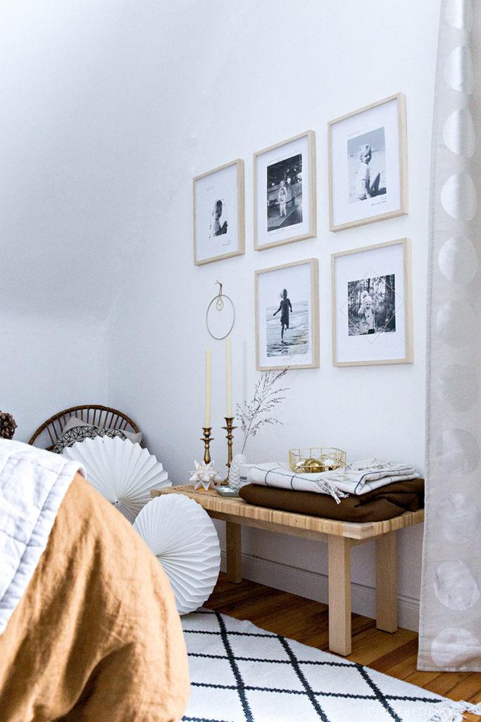 Hyggeliges Schlafzimmer mit Weihnachtsdekoration
