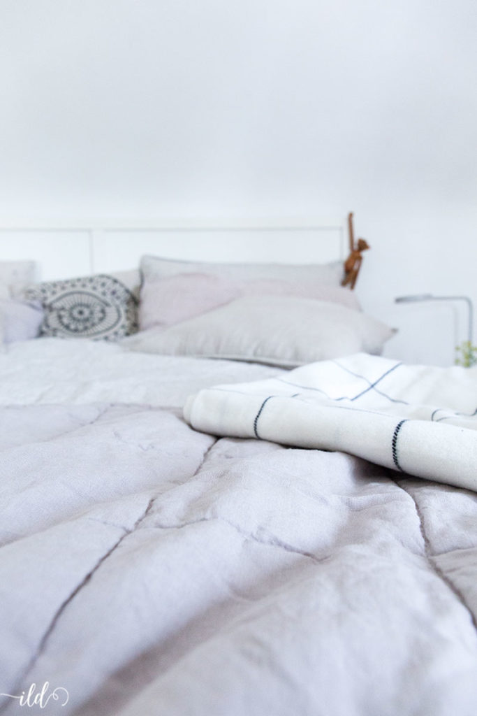 hyggeliges-schlafzimmer-mit-leinenbettwaesche-fuer-den-sommer