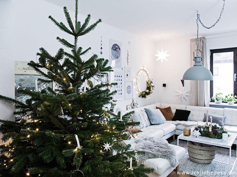 gemütliche Weihnachtsdeko im Wohnzimmer