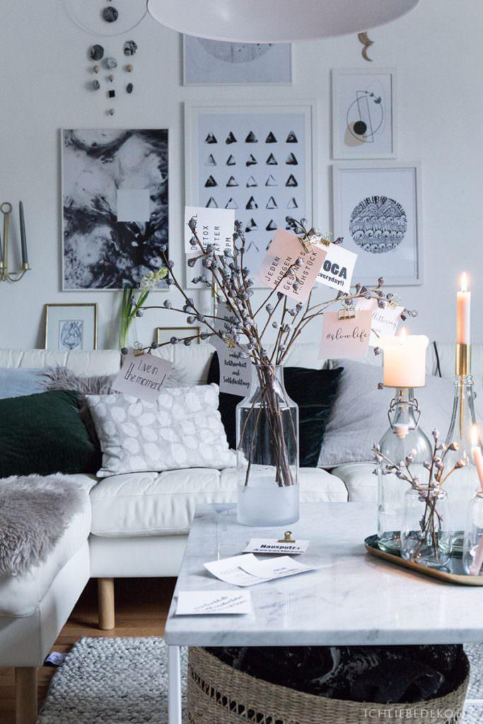 hyggeliges Wohnzimmer mit Winterdeko