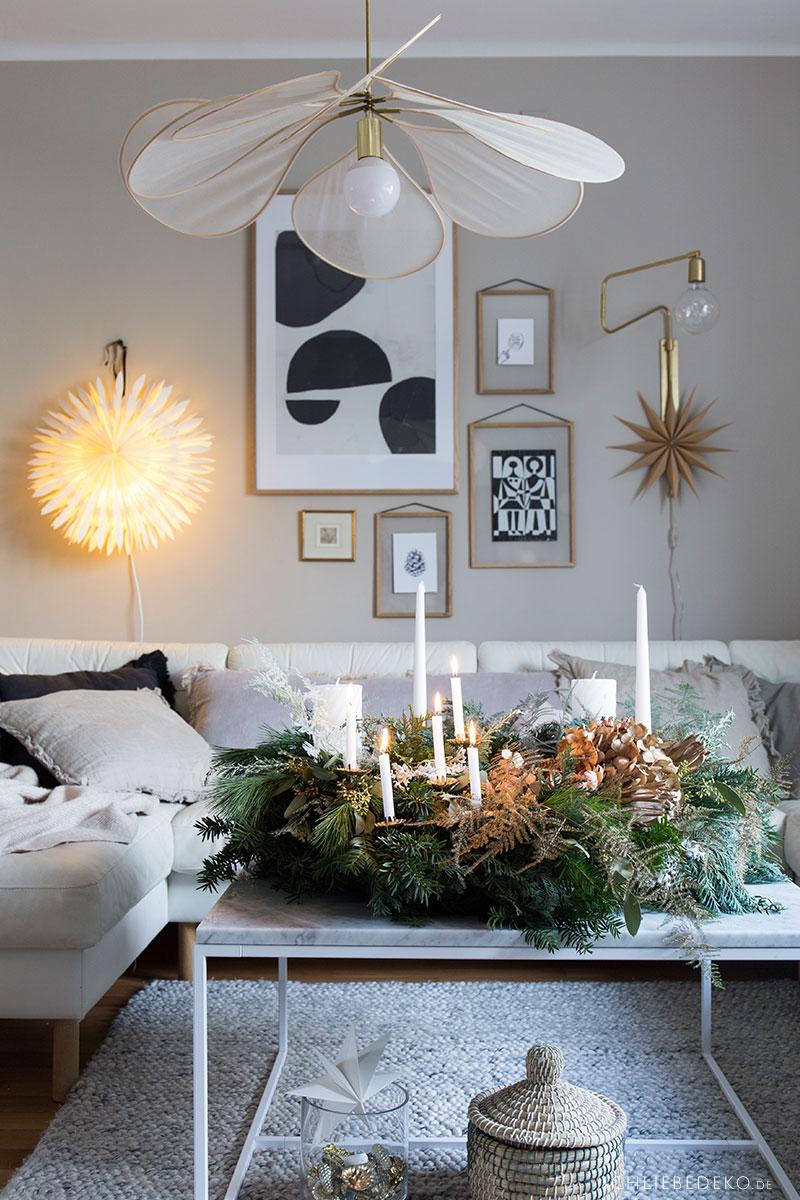hyggeliges-wohnzimmer-mit-weihnachtsdeko-und-adventskranz
