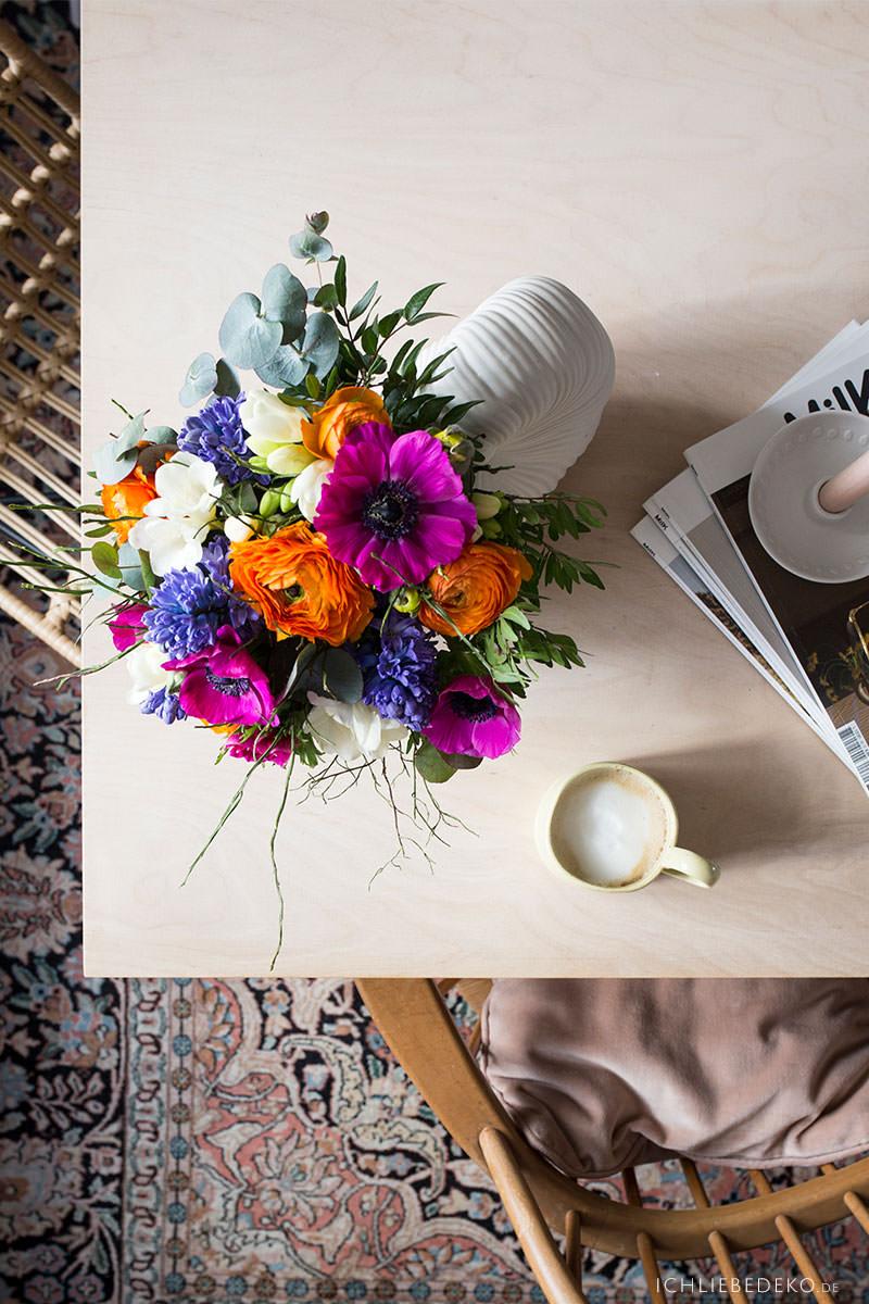 kaffeepause-mit-zeitschriften-und-fruehlingsblumen