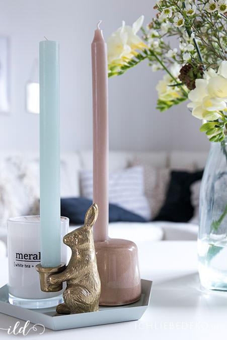 kerzenstaender-in-pastellfarben-als-wohnzimmerdeko
