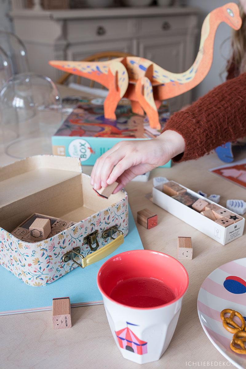 kinder-zuhause-beschäftigen-mit-basteln