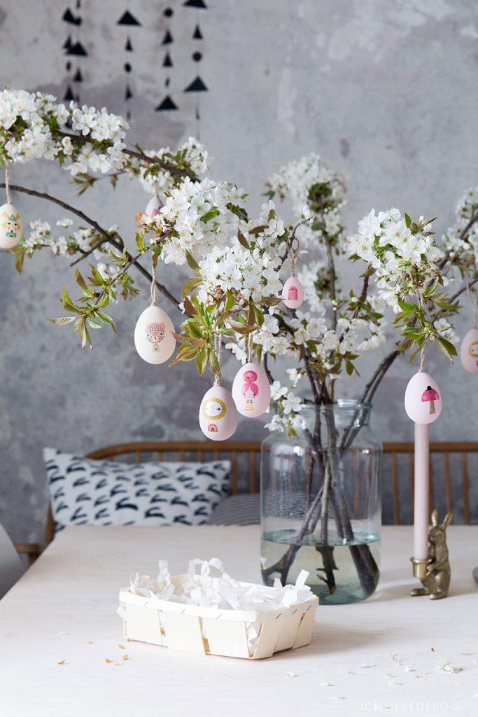 Kirschblütenzweige als Osterdeko