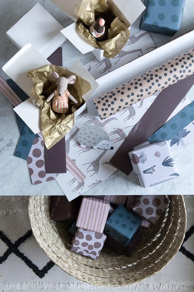 kleine-geschenke-fuer-adventskalender-einpacken-