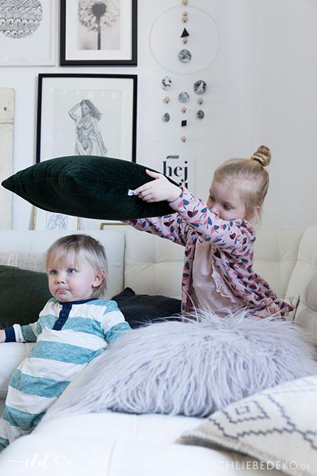 kleinkinder-spielen-im-wohnzimmer