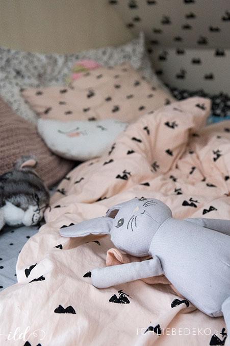 kuscheliges-kinderbett-mit-osterhase