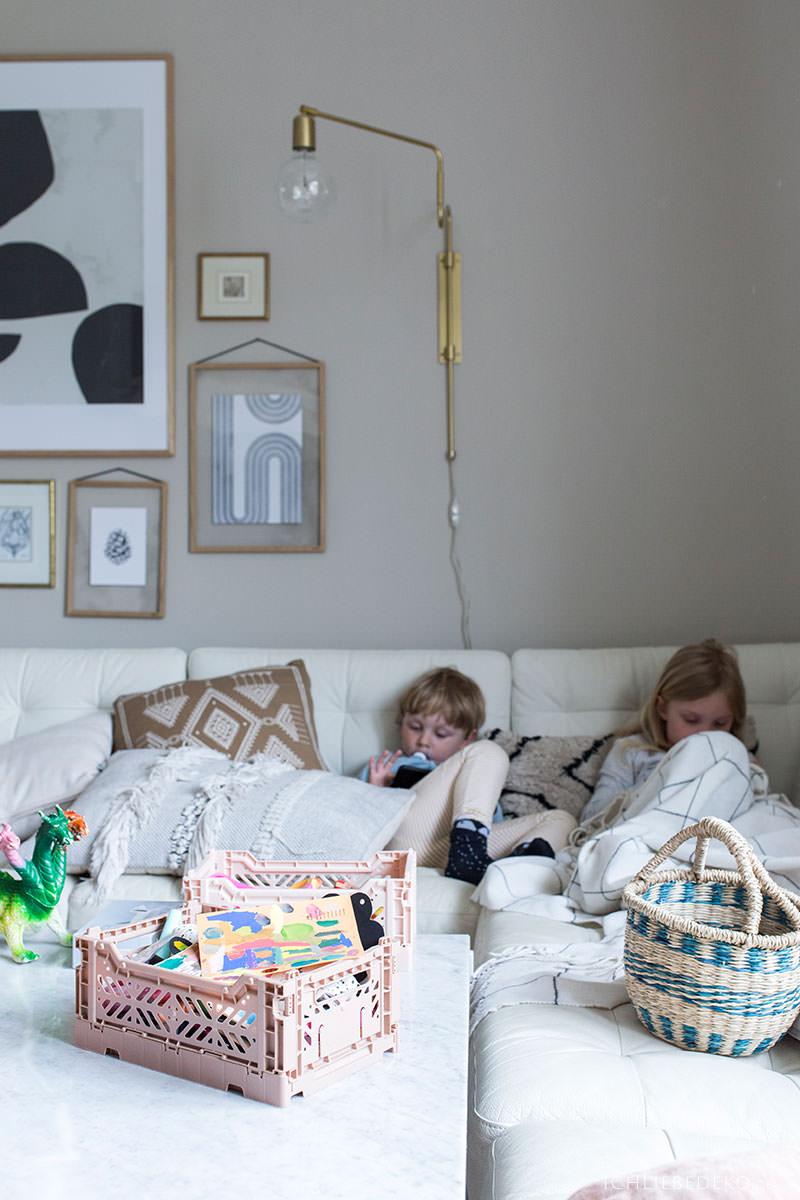 kuscheln-mit-kindern-auf-der-couch