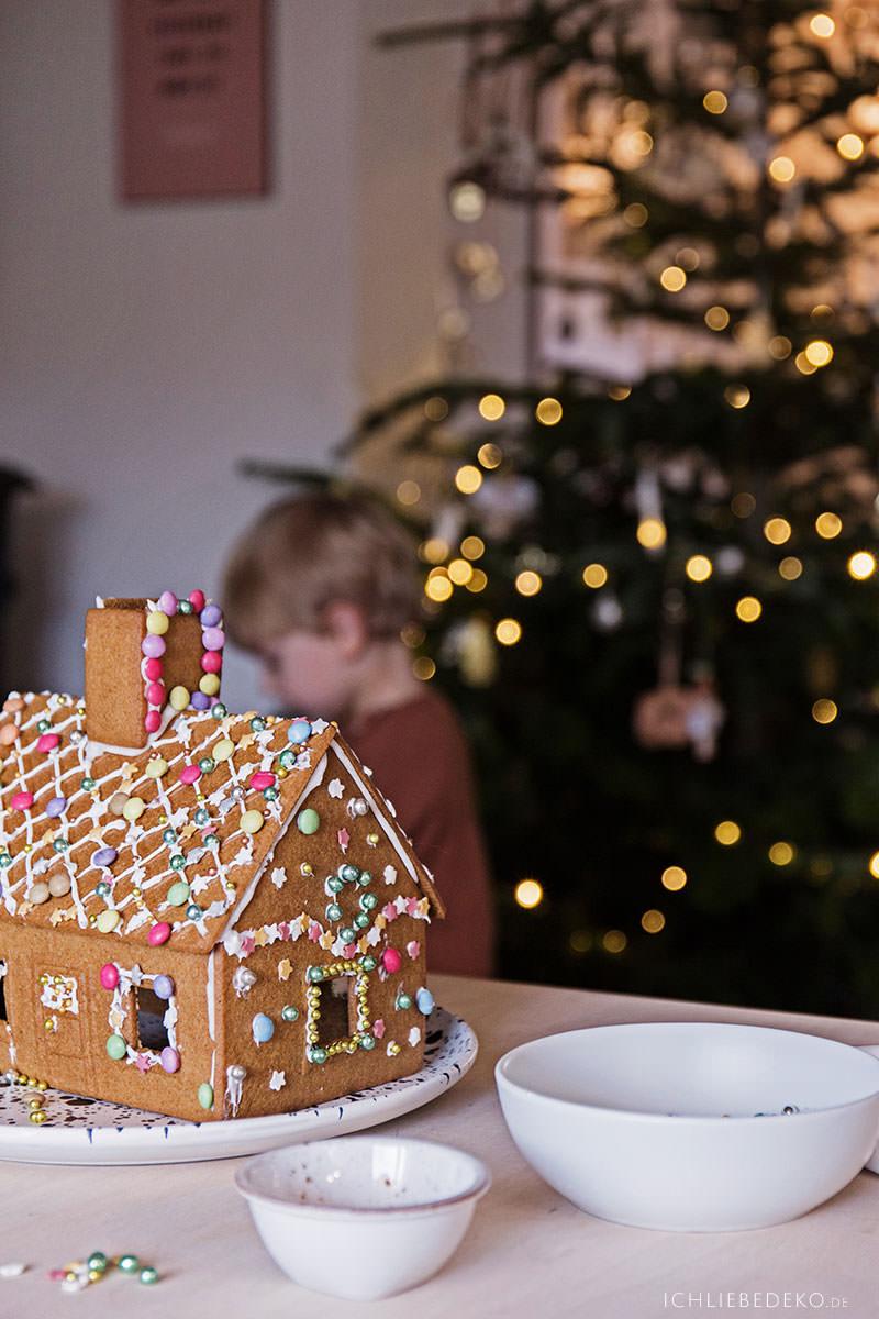 lebkuchenhaus-mit-kindern-selbst-verzieren