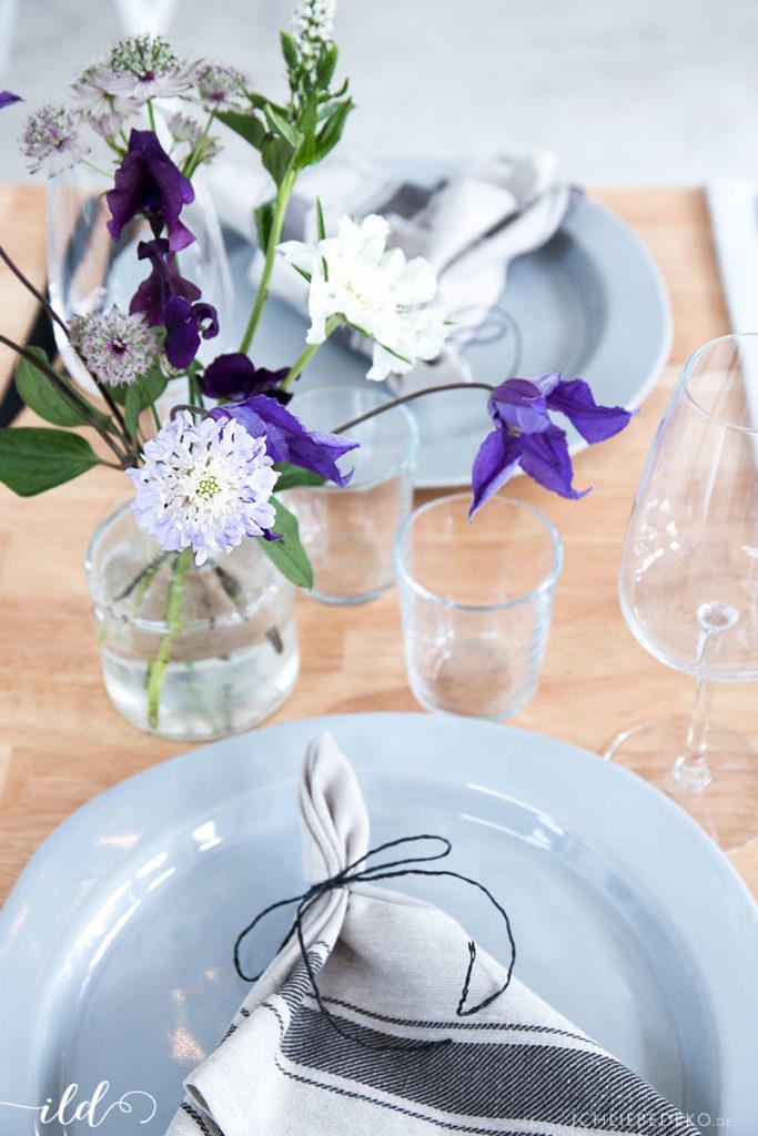 leinenservietten-und-frische-wiesenblumen-als-ischdeko-zum-midsommar-fest