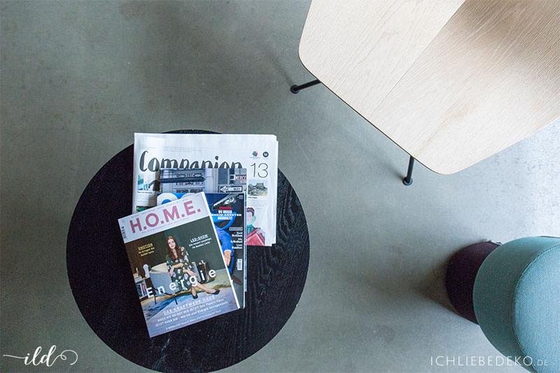 leseecke-mit-zeitschriften-im-hotelzimmer