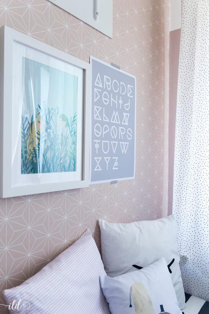 maedchenzimmer-in-puderrosa-mit-modernen-wandbildern
