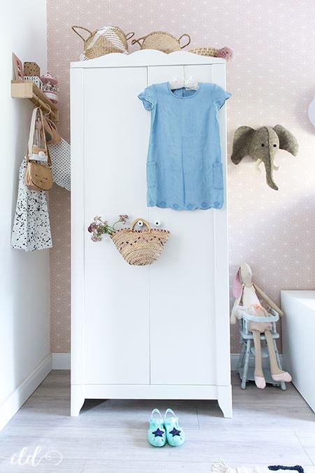 maedchenzimmer-mit-kleiderschrank-und-sommeroutfit
