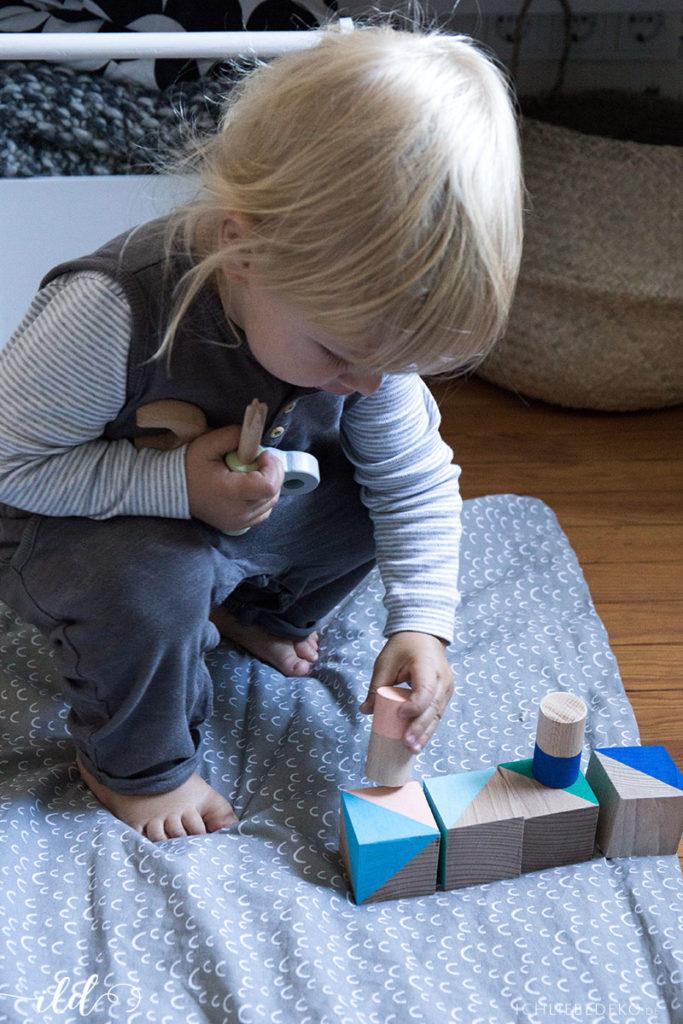 mit-selbstgemachten-baukloetzen-spielen
