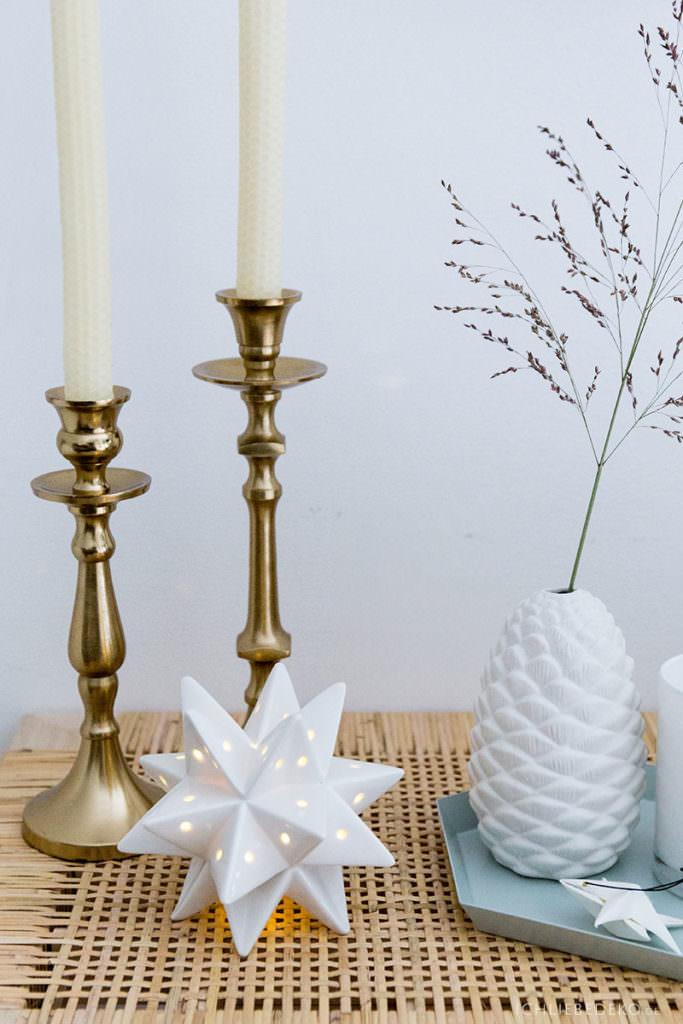 Weihnachtsdeko im schlichten Skandi-Look in Gold und Weiß