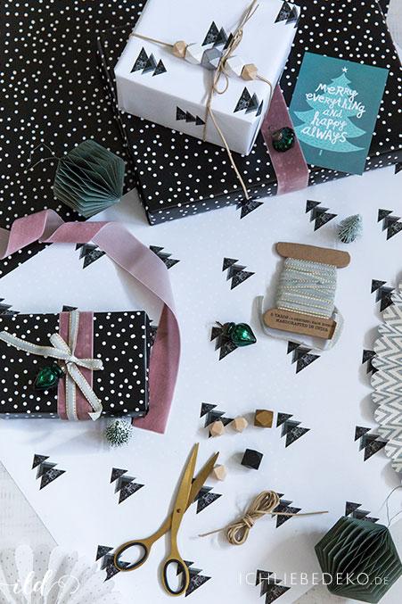 moderne-weihnachtsgeschenkverpackung-in-schwarzweiss-mit-details-in-altrosa-und-gruen