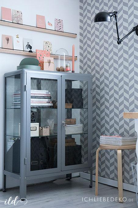 modernes-arbeitszimmer-im-skandi-look-mit-metallschrank-und-diy-bilderleiste
