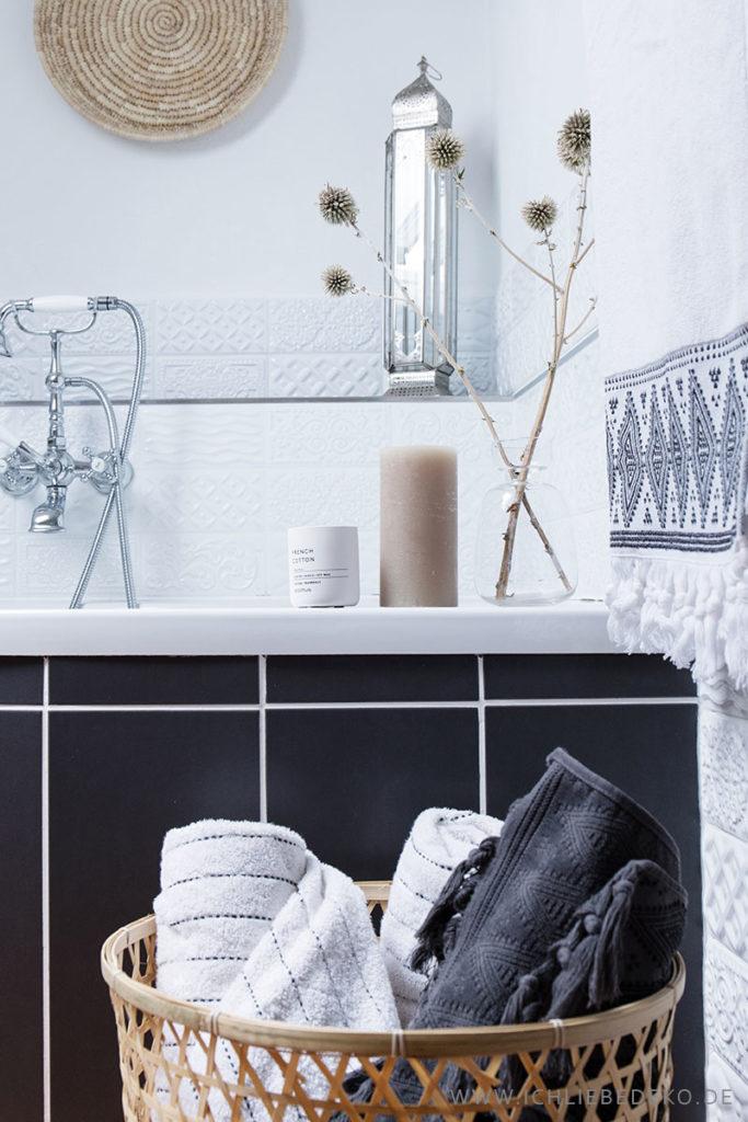 modernes-badezimmer-in-grau-weiß-mit-deko-im-ethno-look