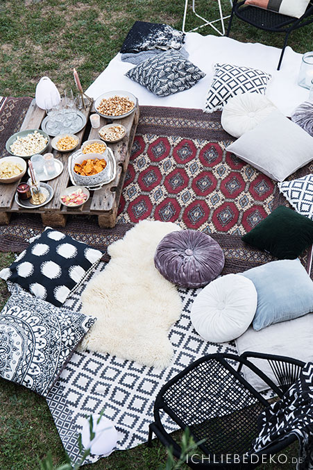 open-air-kino-im-garten-im-boho-look
