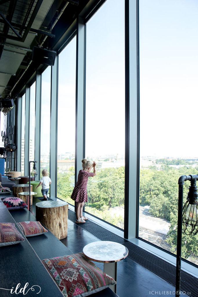 panoramafenster-mit-blick-auf-den-zoo-25-hours-berlin