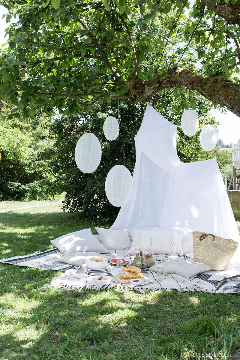 picknick-im-garten-mit-baldachin-und-lampions
