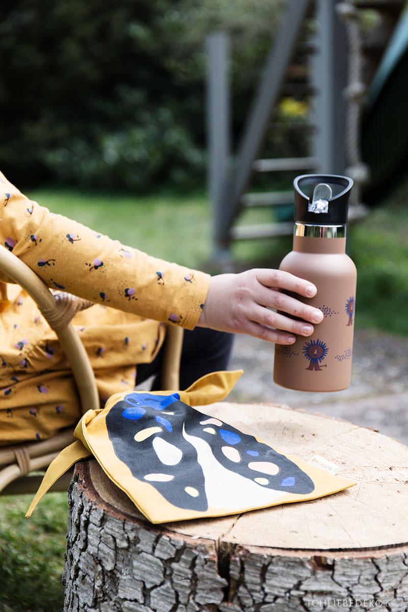 picknick-im-garten-mit-kindern