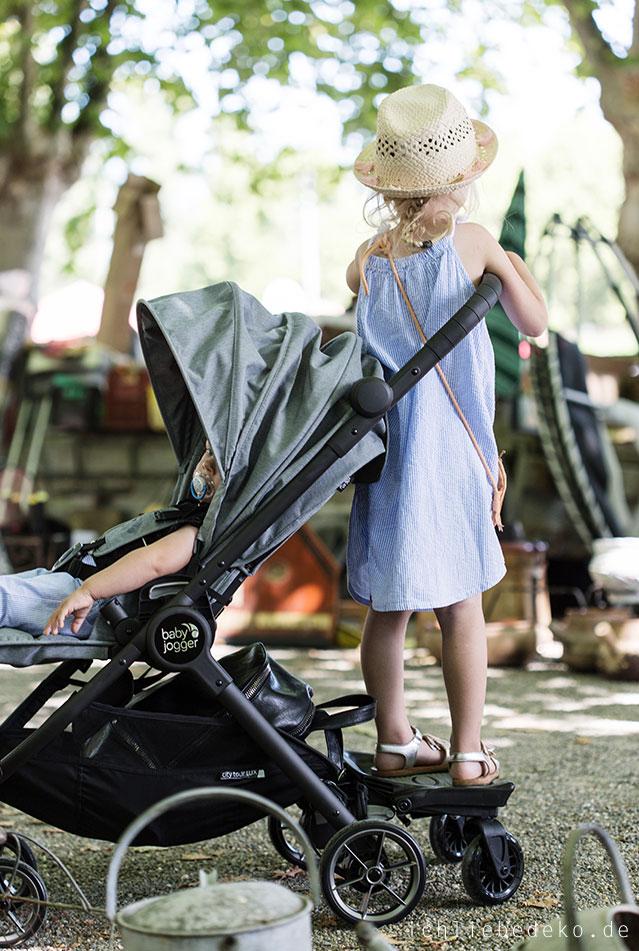 praktischer-bugggy-fuer-urlaub-mit-zwei-kindern-von-baby-jogger