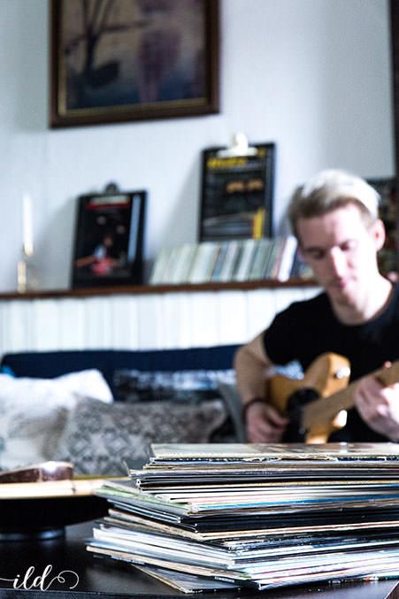 schallplatten-als-dekoration-im-musiker-wohnzimmer-zeigdeineleidenschaft