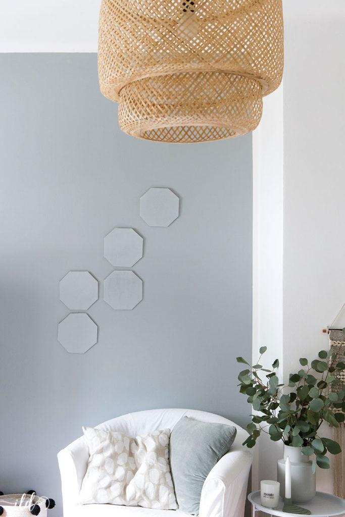 schlafzimmer-mit-rattanlamp