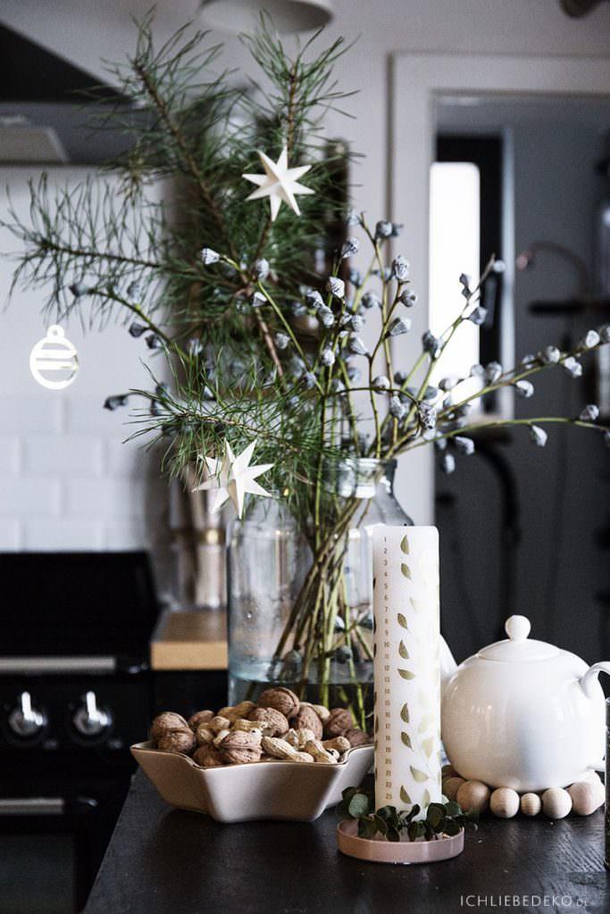 schlichte Weihnachtsdeko in der Küche