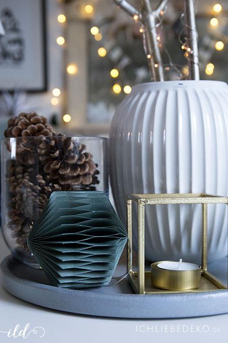 schlichte-weihnachtsdeko-in-tannengruen-und-gold