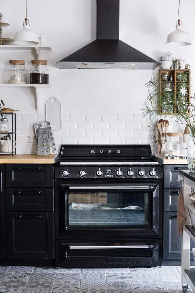 schwarze Küche mit Retroherd von Smeg