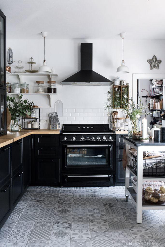 schwarze Küche mit Retroherd