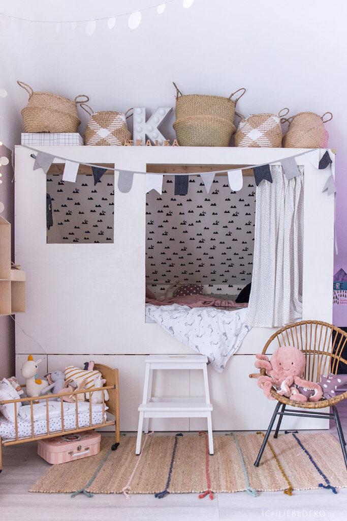 selbstgebautes-kojenbett-im-kinderzimmer