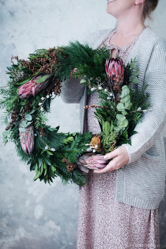 großer Adventskranz mit Eukalyptus und Protea