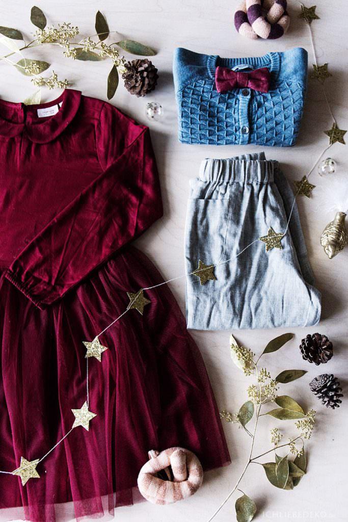 Flatlay festliches Weihnachtsoutfit für Kinder
