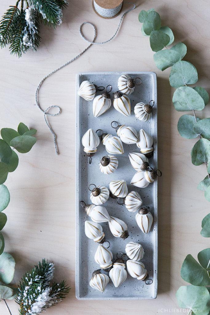 skandinavische-weihnachten-mit-weissen-baumkugeln-und-eukalytus