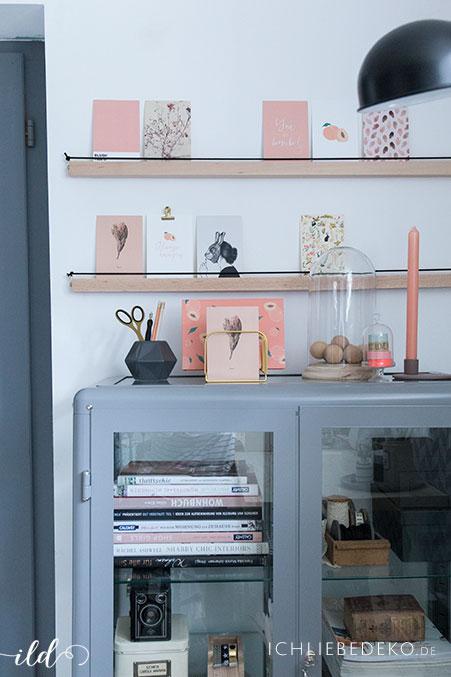 stylisches-arbeitszimmer-mit-wanddekoration-aus-holzleiste-und-postkarten