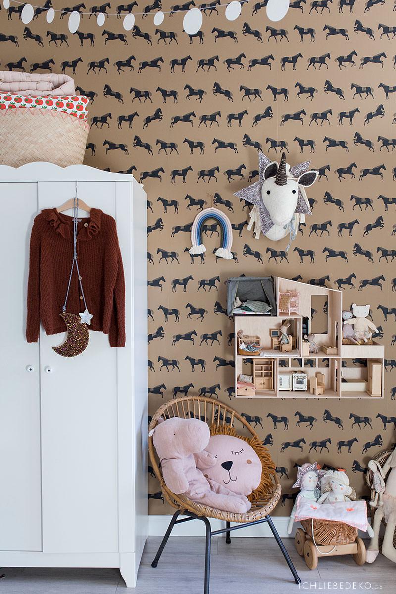 Trendy Mädchenzimmer mit DIY Makramee Regenbogen