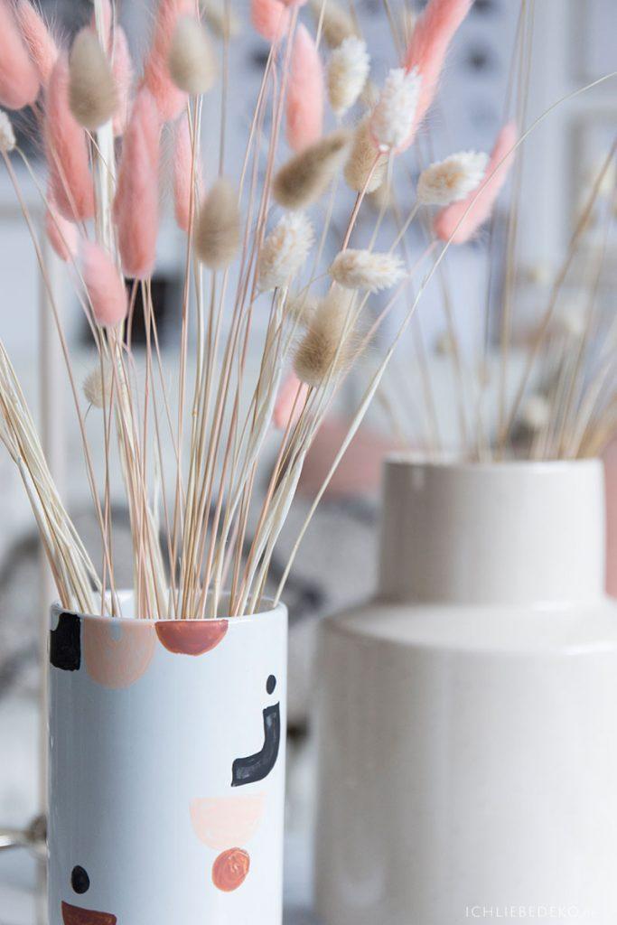 trendy-vase-mit-grafischen-mustern-und-trockenblumen
