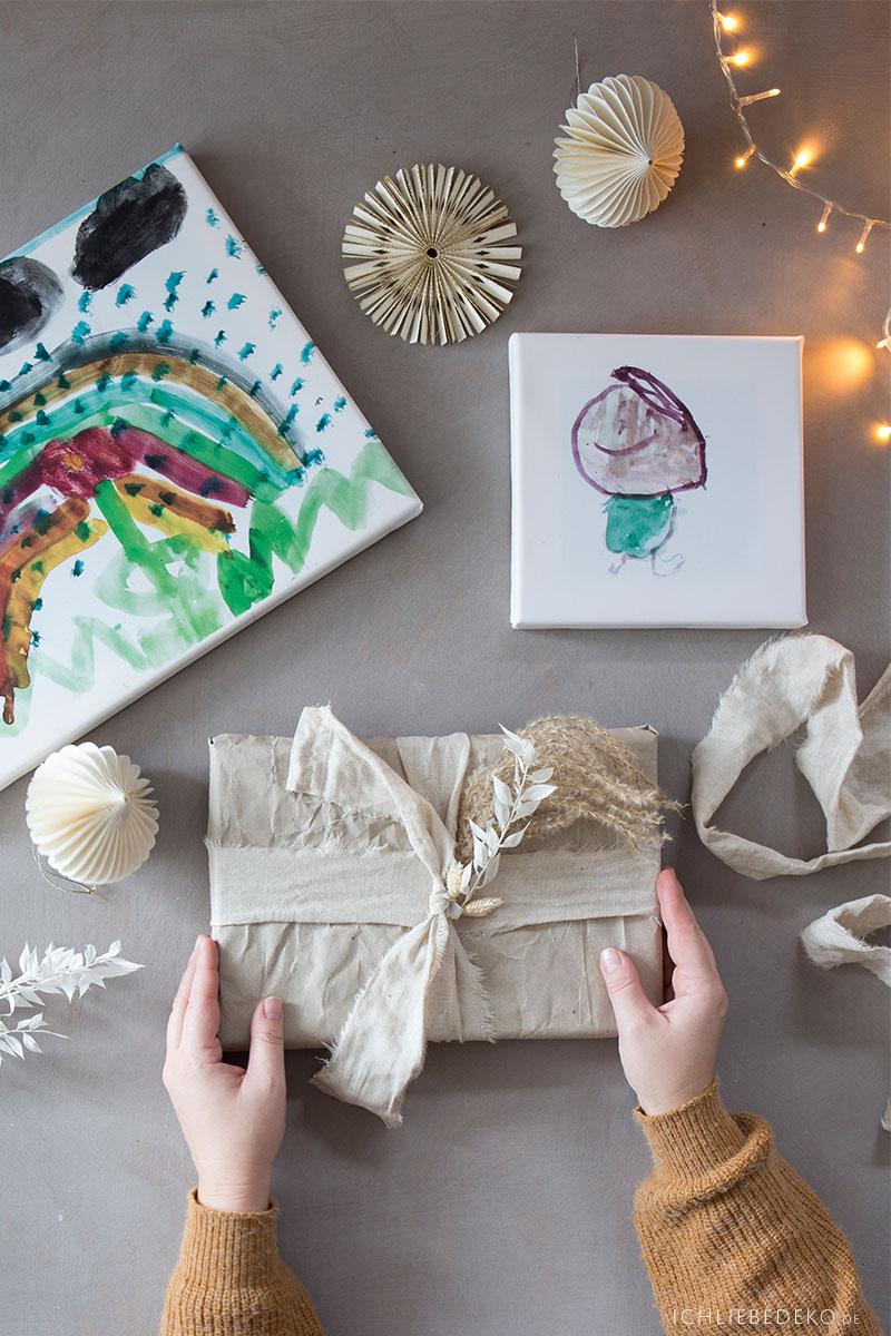 leinwand-mit-kinderkunst-als-weihnachtsgeschenk