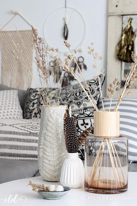 verschiedene vasen mit graesern und federn fuer den wohnzimmer im boho look